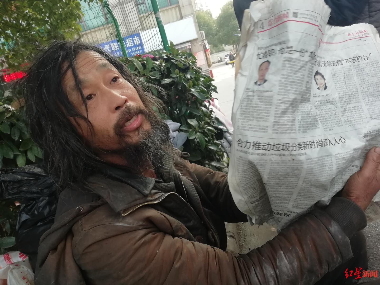 """上海""""流浪大师""""走红:不接受施舍,卖废品买书是唯一开支"""