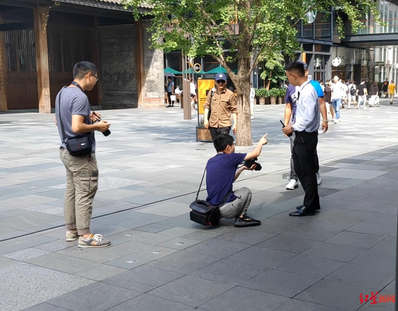 成都太古里禁止未经允许拍摄 部分拍客向隔街广场转移