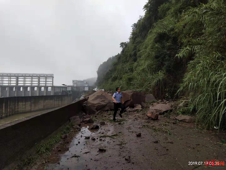 四川蓬安山体滑坡 巨石横卧公路幸无人员伤亡
