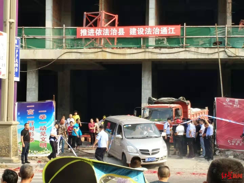 女子被在建楼掉下钢管打中身亡 警方:正在调查