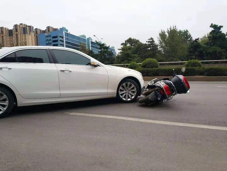 凯迪拉克车主因剐蹭棒打电动车主致骨折 警方立案