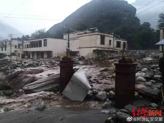 强降雨致汶川泥石流 成都到阿坝多条道路交通管制