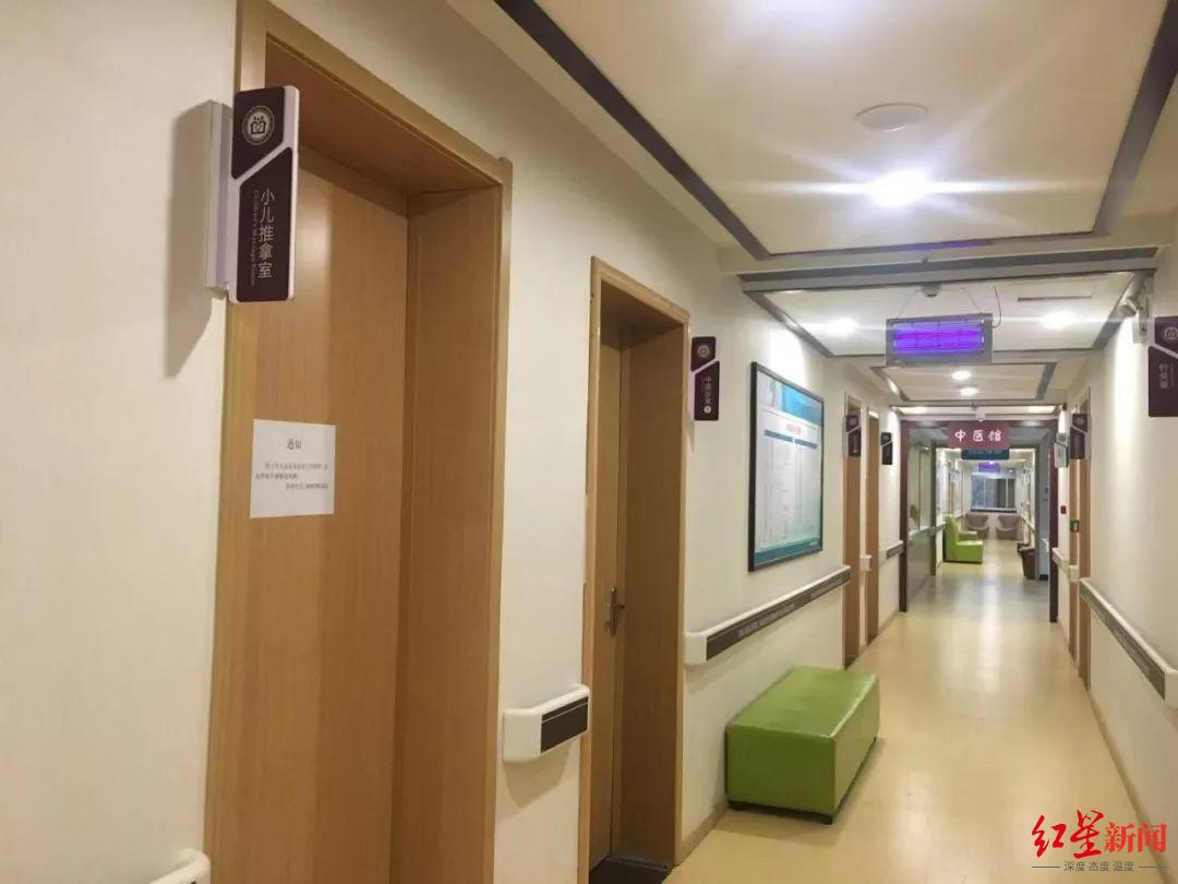 12月4日,涉事医院小儿推拿室等多个科室暂停诊疗。新京报.jpg