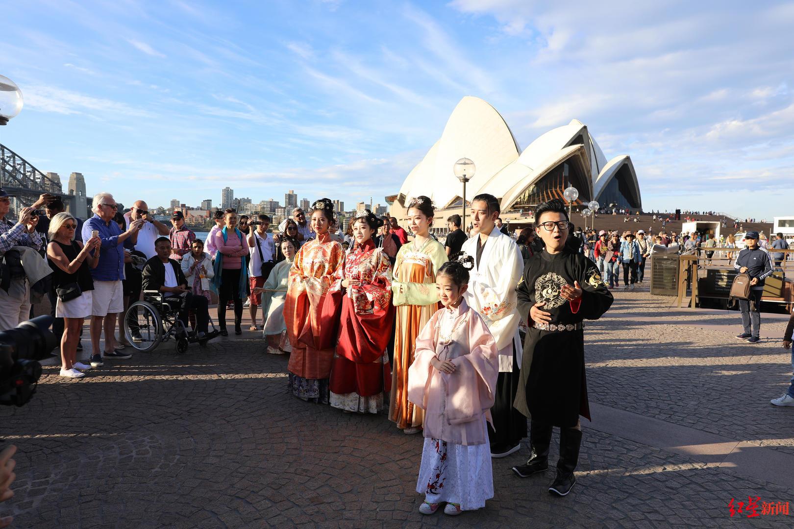 汉服快闪亮相澳大利亚 齐唱《我和我的祖国》感动无数人