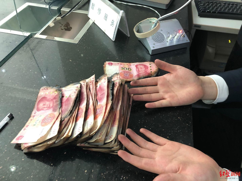 老人辛苦攒下的3万元现金遭火烧 银行工作人员帮忙黏贴数小时 老人.现金.银行 第2张