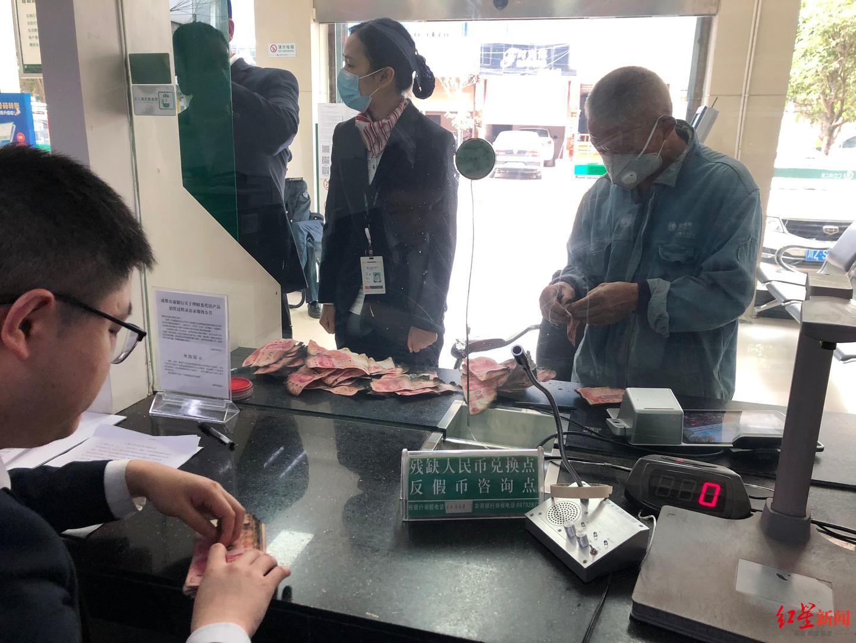 老人辛苦攒下的3万元现金遭火烧 银行工作人员帮忙黏贴数小时 老人.现金.银行 第3张