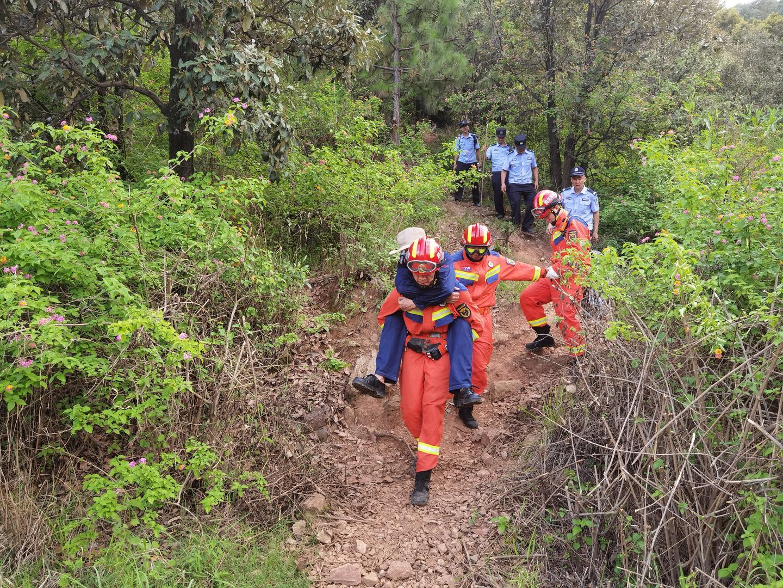 驴友迷路被困大黑山原始森林景区 警方消防6小时紧急救援,成功将他救下山