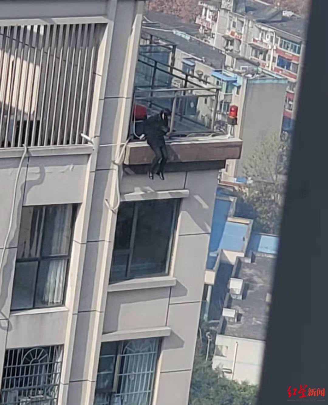 实习老师考研挂科欲跳楼,民警、消防出手救下